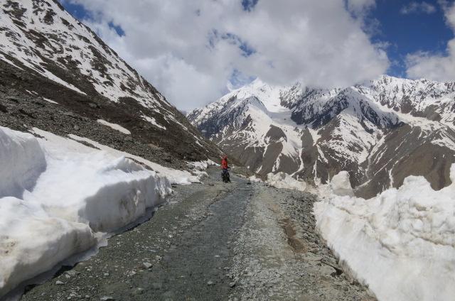 Starting the descent from the Kunzum La